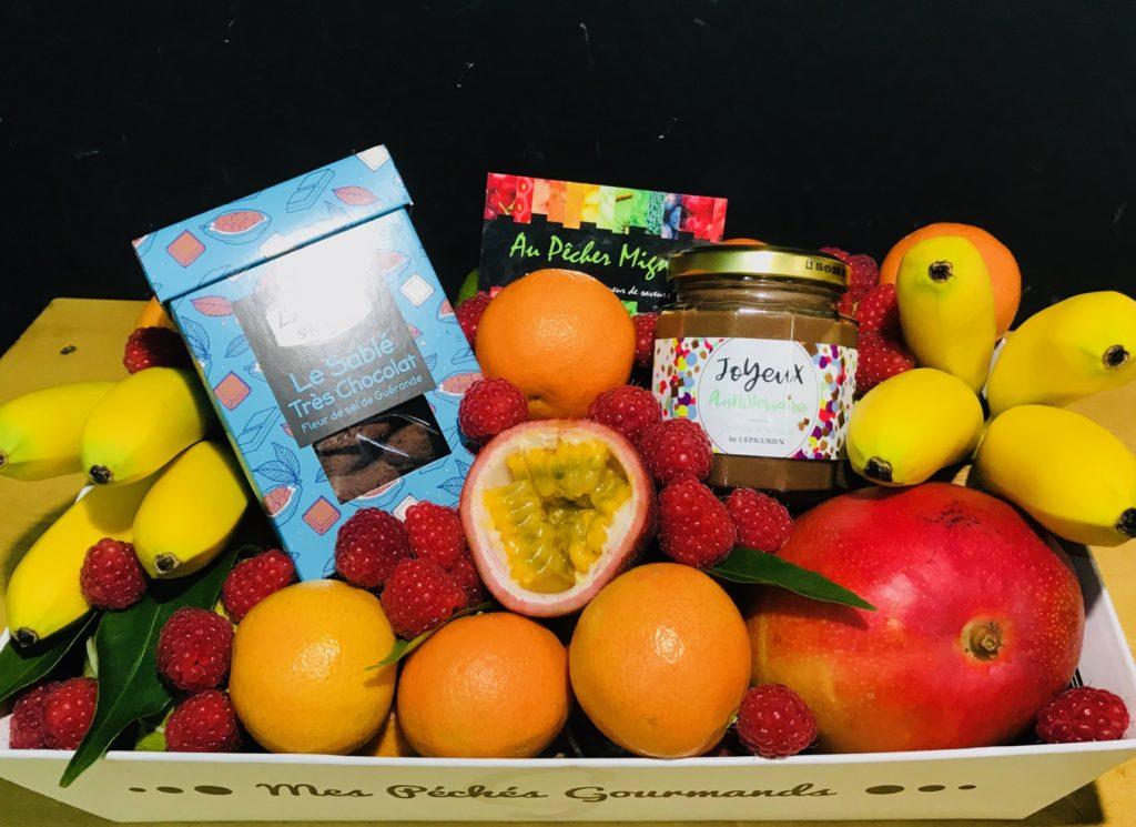 Corbeille de fruits et de produits d'épicerie fine